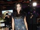 Grávida, Adriana Lima usa vestido curtinho em evento beneficente