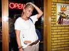 Tendência? Adriane Galisteu usa blusa furada em festa em São Paulo