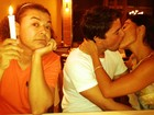 Juliana Paes dá beijaço no marido e David Brazil 'segura vela'