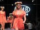 Ao lado de Birolli e Julio Rocha, Bárbara Evans desfila de babydoll