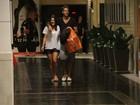 Priscila Fantin vai ao cinema com o marido