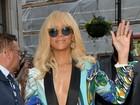 Rihanna usa modelito superdecotado na Inglaterra
