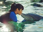 Daniele Suzuki beija golfinho e posta foto no Twitter
