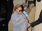 Onde está o bebê? Beyoncé esconde a filhinha dentro de casaco de pele