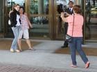 Fãs à espera dos ex-BBBs tietam atores da Globo no mesmo hotel