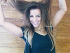 Renata Santos muda o visual e clareia o cabelo