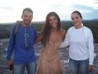 Sem maquiagem, Juliana Paes atende fãs em gravação de 'Gabriela'