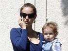 Ele está cabeludinho! Natalie Portman passeia com o filho Aleph