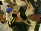 Danielle Winits passeia em shopping com o filho caula