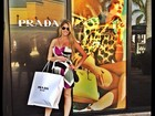 Barbara Evans faz compras em Miami e tira onda em loja de grife