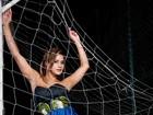 Lucilene Caetano representa o estádio do Maracanã em foto comportada