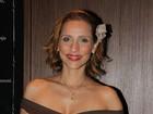 Filha de Tânia Alves vai ao teatro sem sutiã e deixa seios à mostra