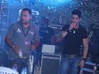 Gusttavo Lima fuma durante intervalo de show