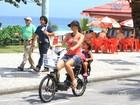 Motorizada: Cássia Linhares anda de 'bike' elétrica com filha no Rio