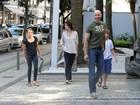 Lizandra Souto e Tande andam com os filhos pelo Leblon, no Rio
