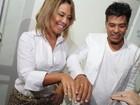 Maurício Mattar exibe aliança de noivado antes de show no Rio