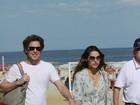 Fernanda Machado passeia com o namorado pela orla da Barra da Tijuca