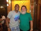 Anderson Silva posa para fotos com fãs famosos e anônimos no Rio