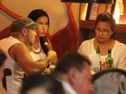 E a dieta? Gracyanne Barbosa se farta em almoço com Belo