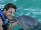 Ex-BBB Eliéser nada com golfinhos em Cancún