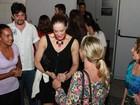 Claudia Raia atende fãs na saída de teatro e vai para casa com namorado