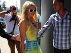 Opa! Vestido transparente de Paris Hilton revela calcinha cavadona