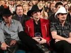 Vestido a caráter, Ashton Kutcher vai a premiação country