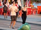 Com fone de ouvido, Giovanna Lancellotti se exercita na orla do Rio