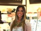 Com blusa transparente, Nicole Bahls embarca em aeroporto carioca