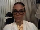Banho de ouro? Carolina Ferraz posa com pele e cabelos dourados