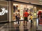 Gabriel O Pensador joga bola com os filhos em corredor de shopping