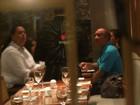 Renato Aragão janta com a família em shopping no Rio