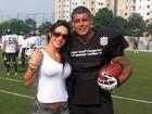Alexandre Frota recebe visita da mulher em treino de futebol americano