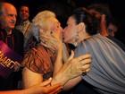 Claudia Raia dá selinho na mãe após estreia de peça no Rio