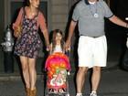 Aos 5 anos, Suri Cruise passeia com criança em carrinho de bebê