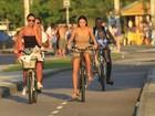 Thaila Ayala pedala com Débora Nascimento pela orla do Rio