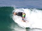 Cauã Reymond pega onda no Rio