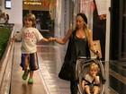 Danielle Winits vai ao shopping com os filhos