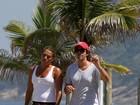 Depois de caminhada, Bruno Mazzeo  curte dia de sol na praia