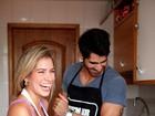 Ex-BBBs Adriana e Rodrigão cozinham prato para a Páscoa e mostram cumplicidade