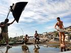 Ex-BBB Jonas posa para o Paparazzo no Complexo do Alemão, no Rio