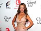 Vestido justo e decotado realça atributos de Jennifer Love Hewitt