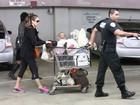 Jessica Alba faz compras e precisa de segurança para afastar fotógrafos