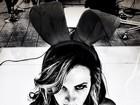Coelhinha da Playboy, Márcia Spézia posa com orelhas de coelho e lingerie