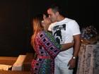 Preta Gil ganha beijo do marido em bastidores de show