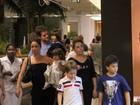 Giovanna Antonelli passeia no shopping com a família