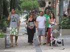 Ricardo Pereira passeia com a família pelo Leblon, no Rio
