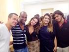 Preta Gil e Fernanda Souza visitam camarim de Thiaguinho