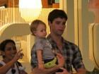 Jonatas Faro passeia com o filho em shopping do Rio