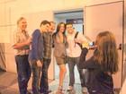 Claudia Raia posa com fã ao lado do namorado e de Miguel Falabella